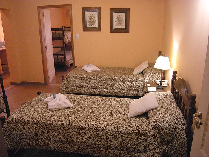 Fotos de las habitaciones hotel mon robe ruta 5 for Una cama matrimonial